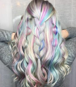 Holographic hair: Νέα τάση στο χρώμα μαλλιών